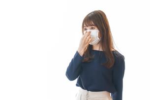 マスクをした若い女性の写真素材 [FYI04713905]