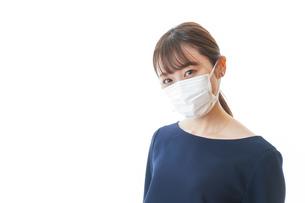 マスクをした若い女性の写真素材 [FYI04713912]