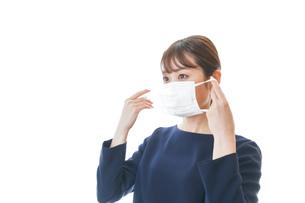 マスクをした若い女性の写真素材 [FYI04713915]