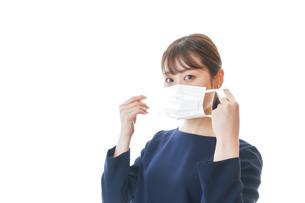 マスクをした若い女性の写真素材 [FYI04713916]