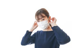 マスクをした若い女性の写真素材 [FYI04713917]