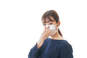 マスクをした若い女性の写真素材 [FYI04713921]