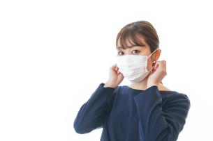 マスクをした若い女性の写真素材 [FYI04713922]