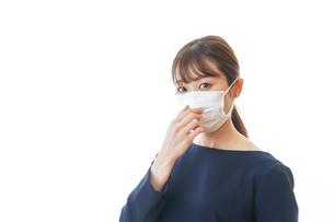 マスクをした若い女性の写真素材 [FYI04713930]