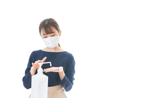 OKサインをしながらアルコール消毒をする若い女性の写真素材 [FYI04713935]