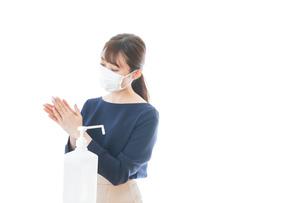 手のアルコール消毒をする若い女性の写真素材 [FYI04713950]