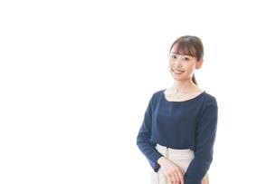 笑顔を見せる若いビジネスウーマンの写真素材 [FYI04714022]