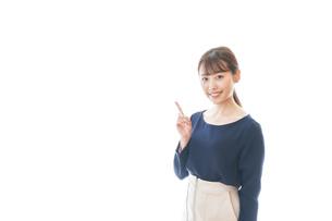 笑顔でアドバイスをする若いビジネスウーマンの写真素材 [FYI04714027]