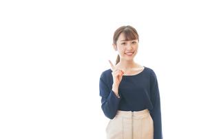 笑顔でアドバイスをする若いビジネスウーマンの写真素材 [FYI04714029]