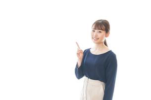 笑顔でアドバイスをする若いビジネスウーマンの写真素材 [FYI04714034]