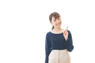 笑顔でアドバイスをする若いビジネスウーマンの写真素材 [FYI04714036]