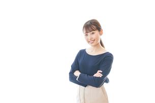 笑顔で腕を組む若いビジネスウーマンの写真素材 [FYI04714038]