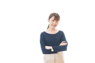 笑顔で腕を組む若いビジネスウーマンの写真素材 [FYI04714039]