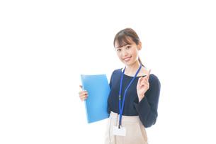 オフィスで働く若いビジネスウーマンの写真素材 [FYI04714054]