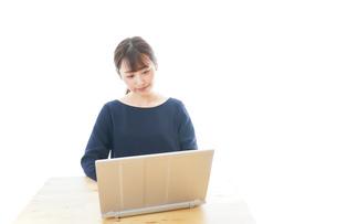リモートワークをする若いビジネスウーマンの写真素材 [FYI04714068]
