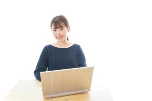 リモートワークをする若いビジネスウーマンの写真素材 [FYI04714069]