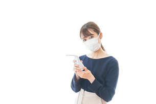 体温の測定をする若いビジネスウーマンの写真素材 [FYI04714111]