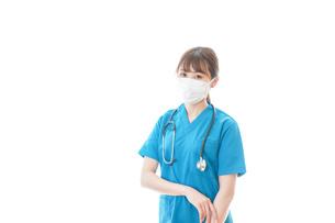 マスクを装着して診療をする若い女性医師の写真素材 [FYI04714119]