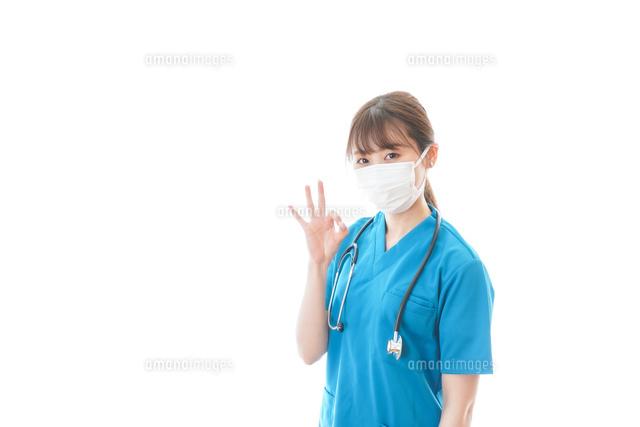 アドバイスをする若い女性医師の写真素材 [FYI04714121]