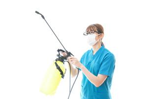 消毒液の噴霧をする医療従事者の写真素材 [FYI04714123]