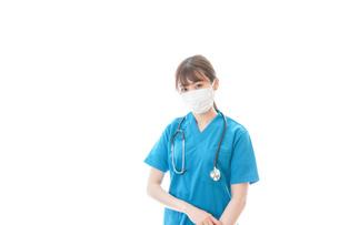 マスクを装着して診療をする若い女性医師の写真素材 [FYI04714125]