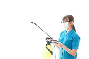 消毒液の噴霧をする医療従事者の写真素材 [FYI04714133]