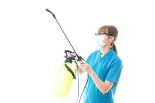 消毒液の噴霧をする医療従事者の写真素材 [FYI04714134]