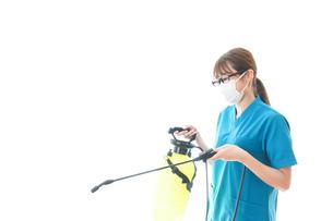 消毒液の噴霧をする医療従事者の写真素材 [FYI04714139]