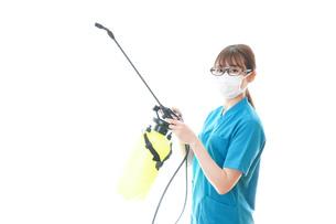 消毒液の噴霧をする医療従事者の写真素材 [FYI04714146]