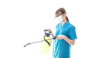 消毒液の噴霧をする医療従事者の写真素材 [FYI04714147]