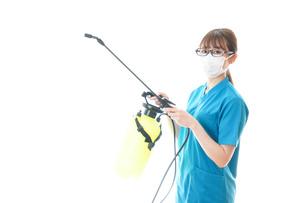 消毒液の噴霧をする医療従事者の写真素材 [FYI04714150]