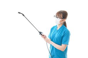 消毒液の噴霧をする医療従事者の写真素材 [FYI04714152]