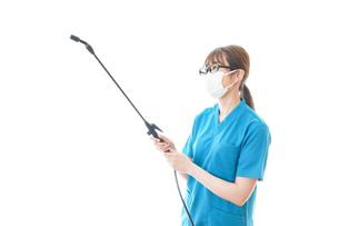 消毒液の噴霧をする医療従事者の写真素材 [FYI04714154]