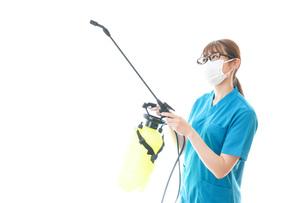 消毒液の噴霧をする医療従事者の写真素材 [FYI04714158]