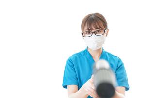 施設の消毒作業をする女性の写真素材 [FYI04714179]