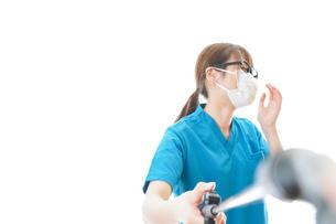 施設の消毒作業をする女性の写真素材 [FYI04714186]