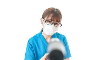 施設の消毒作業をする女性の写真素材 [FYI04714189]