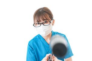 施設の消毒作業をする女性の写真素材 [FYI04714198]