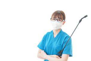 腕を組み消毒作業を行う医療従事者の写真素材 [FYI04714201]