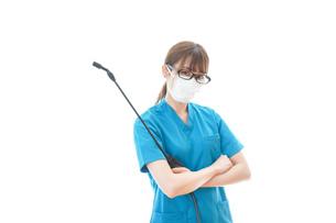 腕を組み消毒作業を行う医療従事者の写真素材 [FYI04714208]