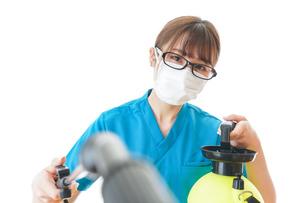 施設の消毒作業をする女性の写真素材 [FYI04714215]