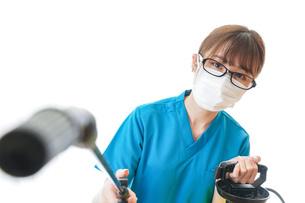 施設の消毒作業をする女性の写真素材 [FYI04714220]