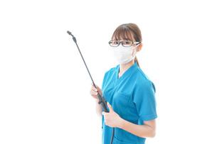 施設の消毒作業をする女性の写真素材 [FYI04714228]