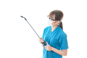 施設の消毒作業をする女性の写真素材 [FYI04714229]