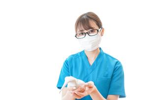 体温測定をする若い看護師の写真素材 [FYI04714232]