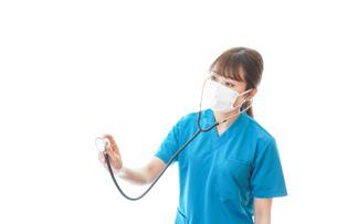 マスクを装着して診療をする医師の写真素材 [FYI04714258]