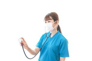 マスクを装着して診療をする医師の写真素材 [FYI04714259]