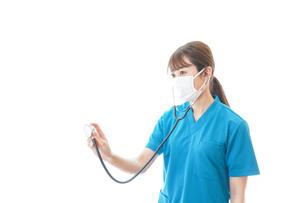 マスクを装着して診療をする医師の写真素材 [FYI04714260]