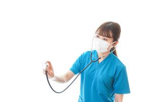マスクを装着して診療をする医師の写真素材 [FYI04714262]