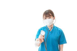 マスクを装着して診療をする医師の写真素材 [FYI04714263]